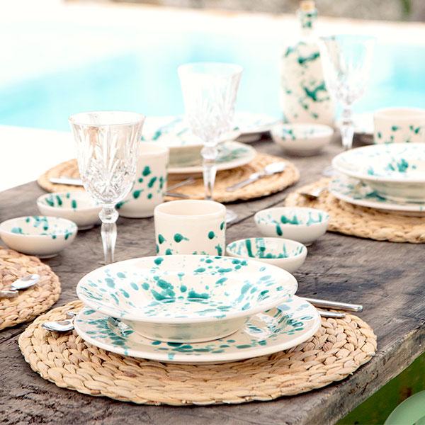 groen Italiaanse servies met onderzetters op tafel